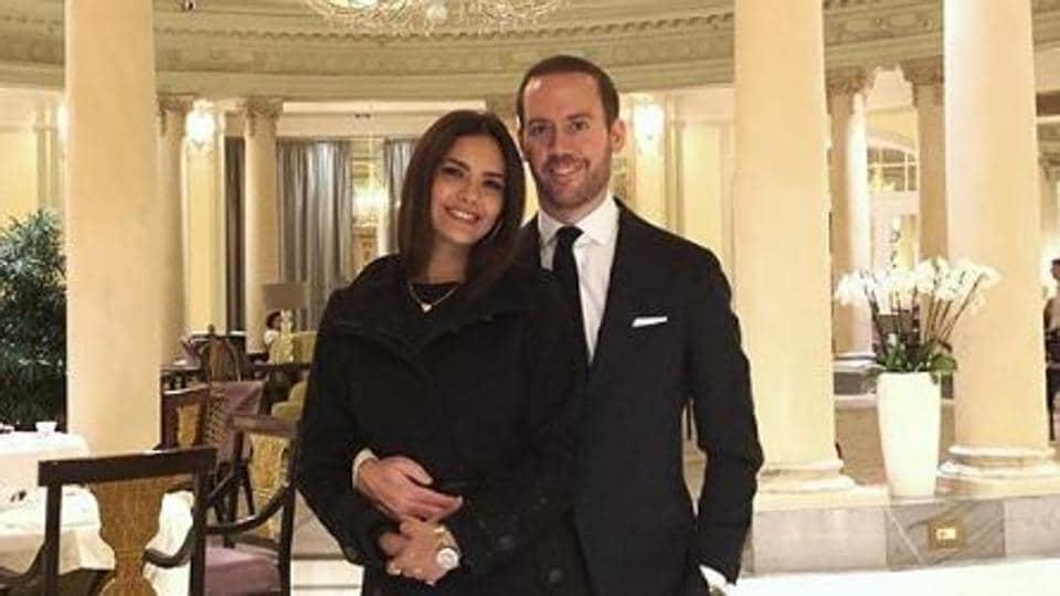 Esha Gupta poses with her boyfriend.