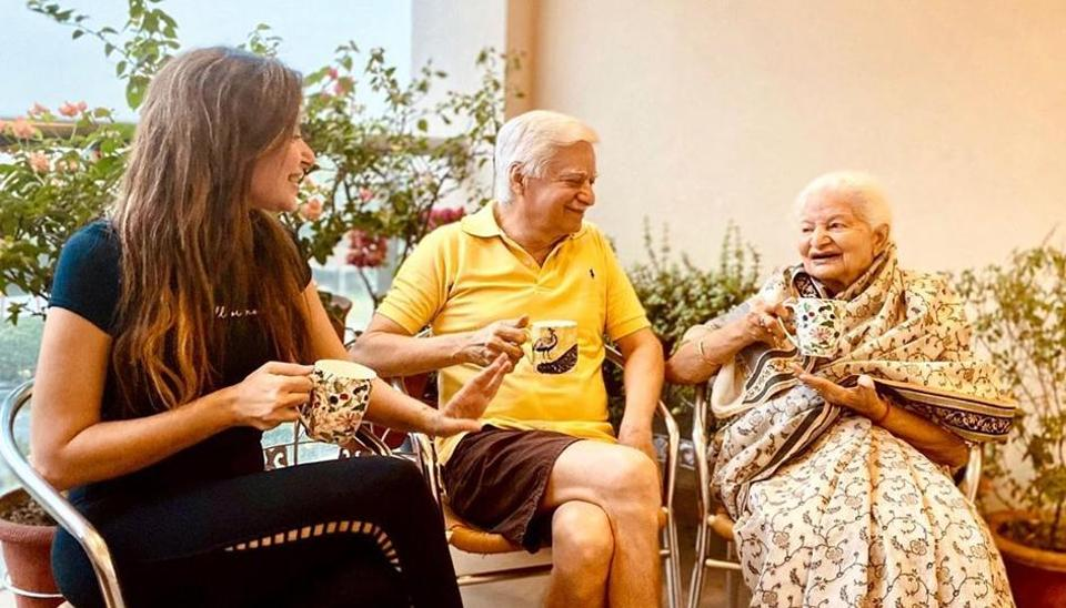 Kanika Kapoor spends time with family elders in Lucknow ...