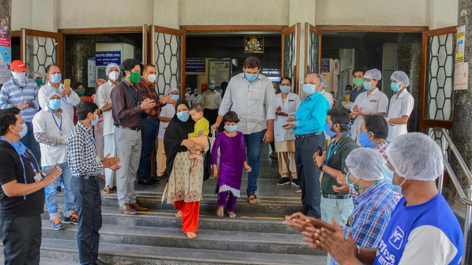 Bagwan family being cheered by Aundh Civil Hospital staff in Pune on April 24 while being discharged.