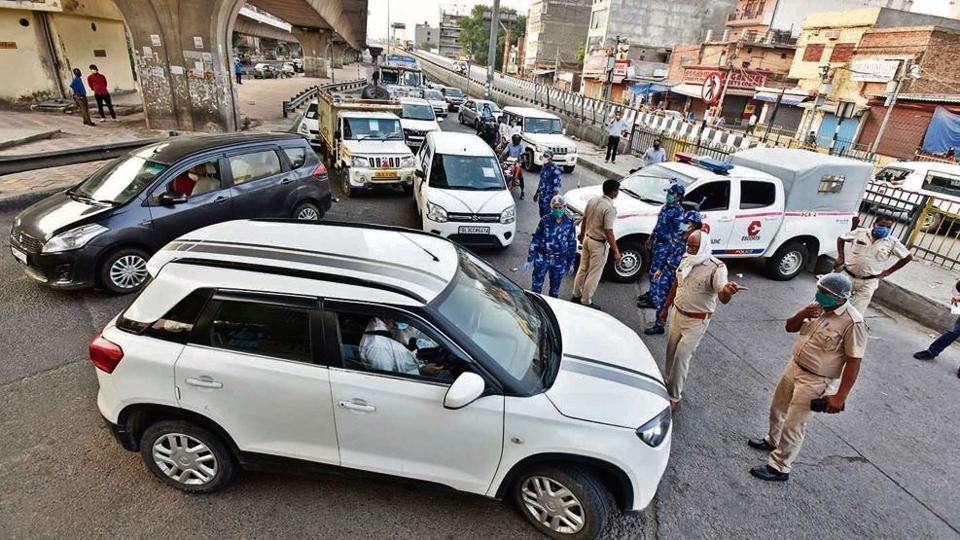 Haryana Police personnel intercept incoming vehicles at the Delhi-Faridabad border on NH-19.