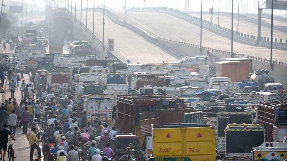 Traffic seen on NH-9 during lockdown, near Ghazipur Mandi (vegetable/ fruit market), in New Delhi, India (Photo by Sushil Kumar/Hindustan Times)