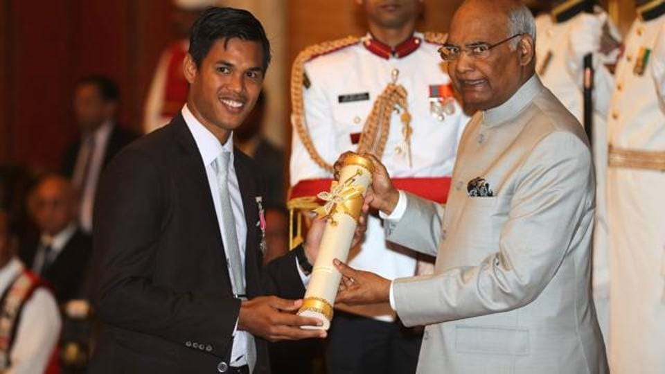 Indian President Ram Nath Kovind (R) confers the Padma Shri award to Somdev Kishore Devvarman.