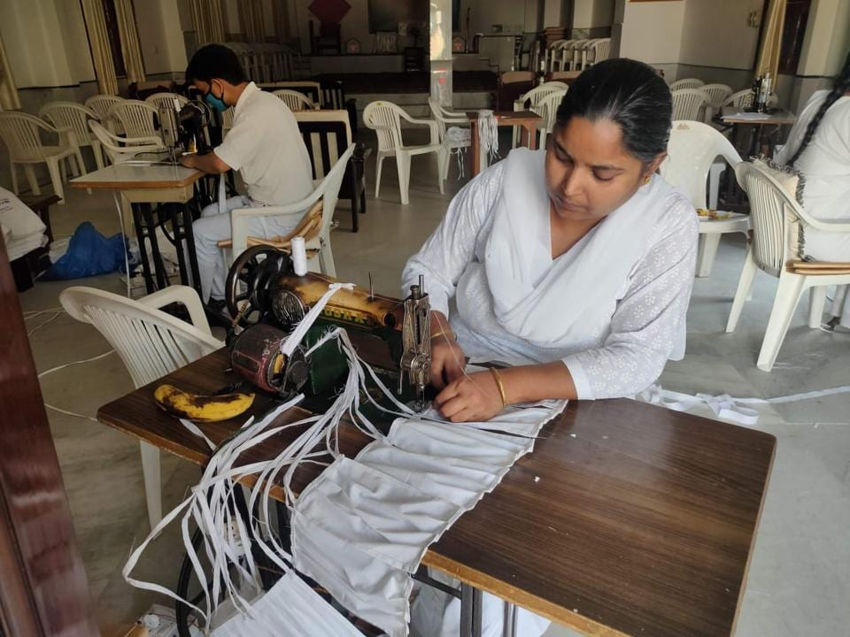 Abha Verma, a resident of Dwarka who stitches clothes for her livelihood, came forward to stick masks because she wanted to help the corona warriors.
