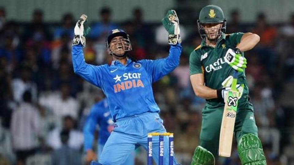 Indian wicket-keeper and team captain M S Dhoni (L) celebrates after taking the catch that dismissed South African batsman Faf du Plessis (R)
