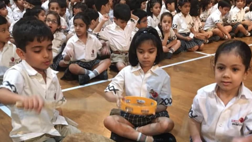 The travelling museum typically spends three days at a school so that over 1000-1500 children can take their time exploring all the musical instruments, with the freedom to pick them up, play them and asking questions about them.