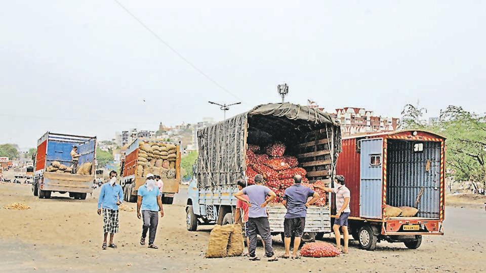 Trucks from out of town arrive at Katraj-Dehuroad bypass near Ambegaon where local retailers transfer the goods to their tempos and return to the city.