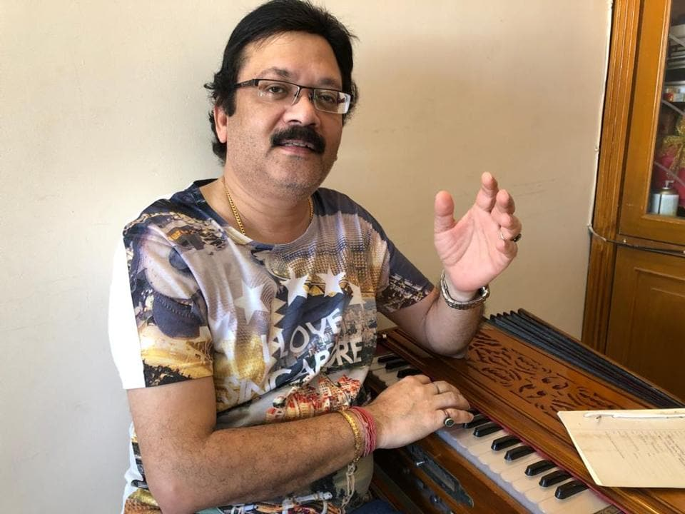 Singer-composer Vivek Prakash is alone at his residence while his singer-wife Roli is stuck in Singapore.