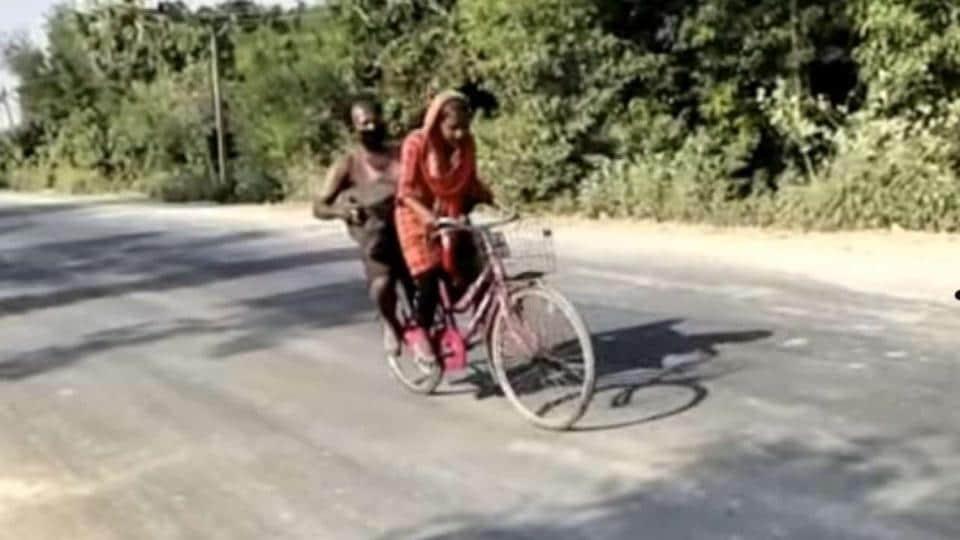 15-year-old Jyoti Kumari cycling her injured father.