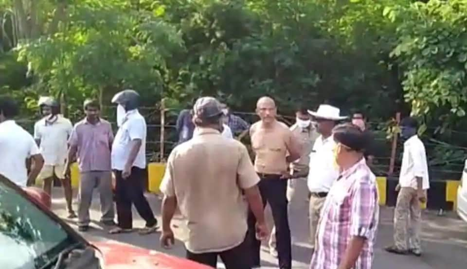 Dr Sudhakar was seen being roughed up by a police constable on a highway at Akkayyapalem area in Vizag(Grab from a sourced video)