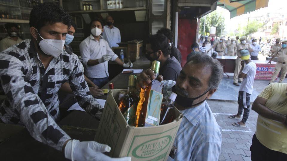 Mumbai civic body allows home delivery of liquor in non-containment zones. (File photo)