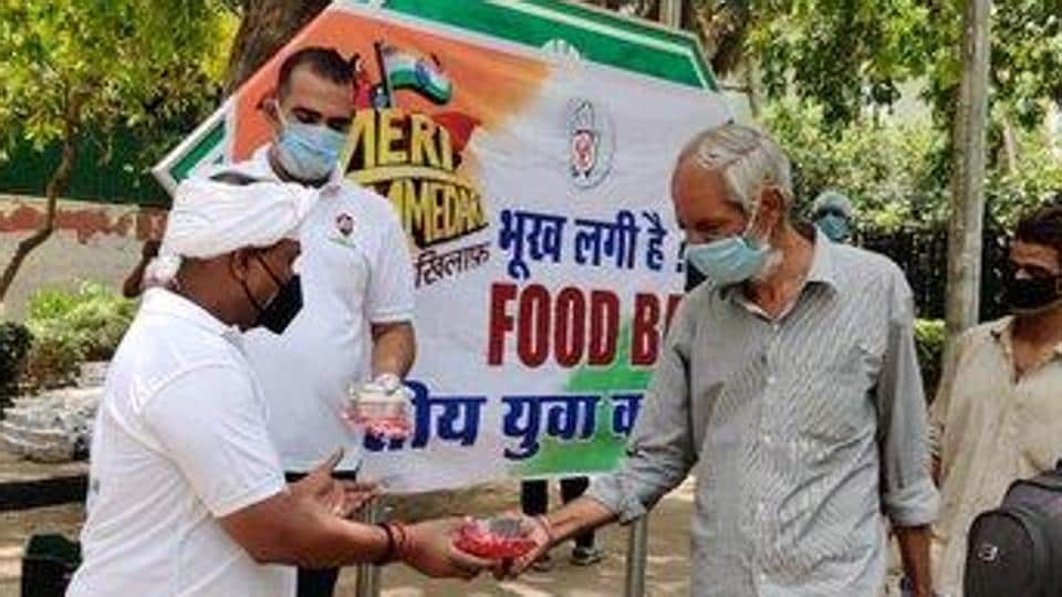 Youth Congress workers distributing food packets. (Photo@IYC)