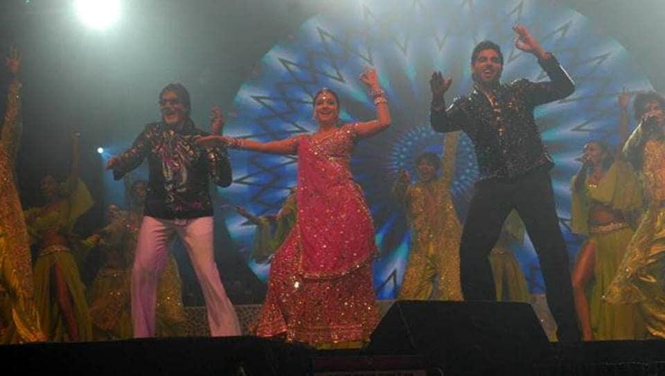 Amitabh Bachchan, Aishwarya Rai and Abhishek Bachchan performing to Kajra Re at one of the events.