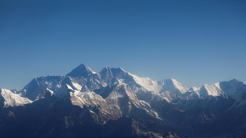 https://www.hindustantimes.com/rf/image_size_960x540/HT/p2/2020/05/27/Pictures/himalayan-through-aircraft-everest-mountain-kathmandu-highest_67e1e47e-9ff9-11ea-88a1-96031f43cf2a.jpg