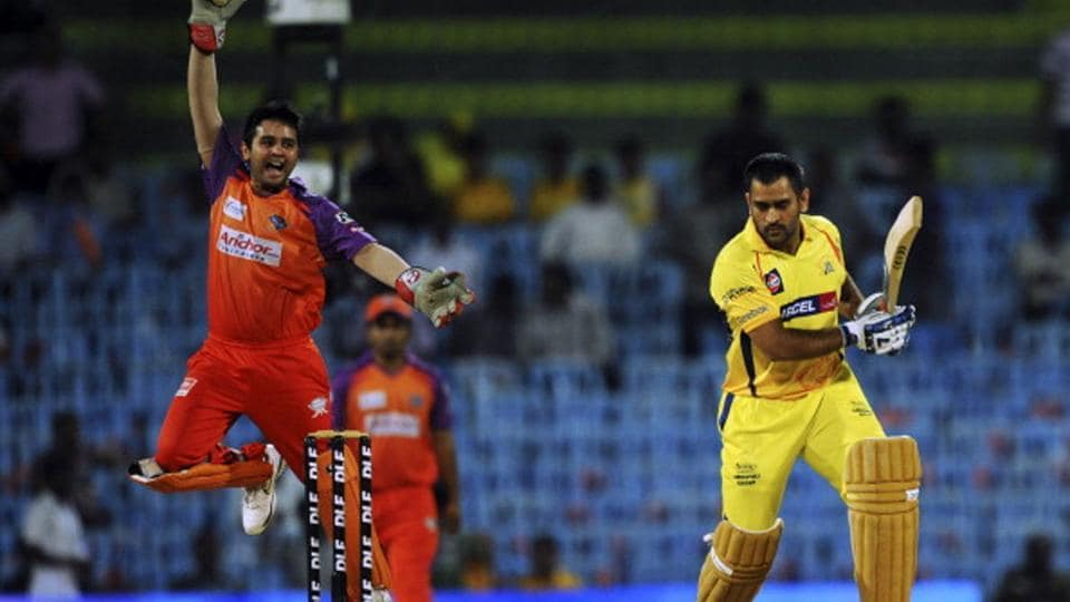 Parthiv Patel appeals against MS Dhoni during a 2016 IPL match