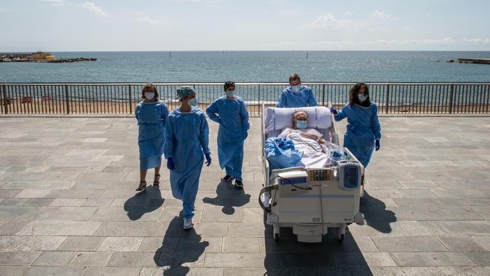 Photos: A trip to the beach for Covid-19 patients in ...