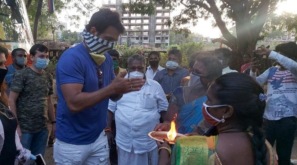 Sonu Sood thanks the migrants with joined hands.