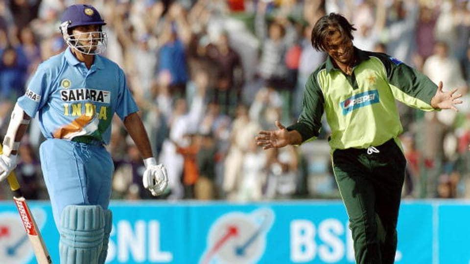 Pakistani cricketer Shoaib Akhtar (R) celebrates the dismissal of Sourav Ganguly (L) \