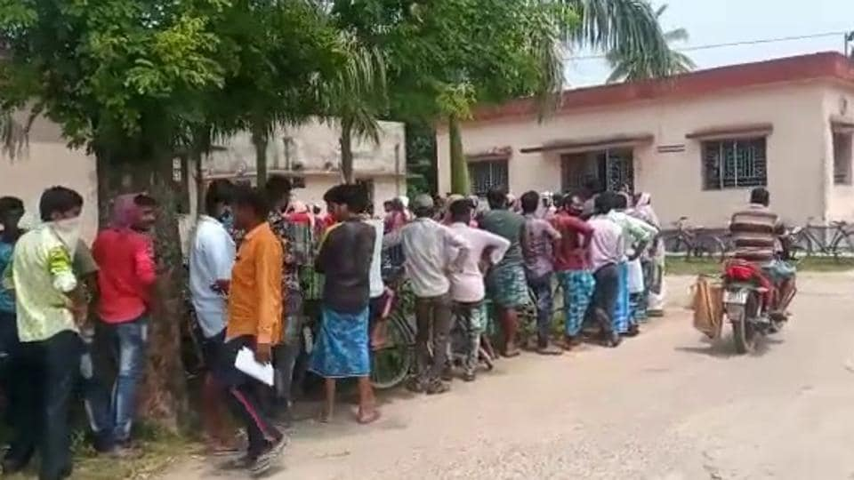 Murshidabad is among the biggest contributors to the migrant workforce from Bengal. Every day, people in different community blocks of the district can be seen in long queues outside government health centres to procure fitness certificates. (HT Photo)
