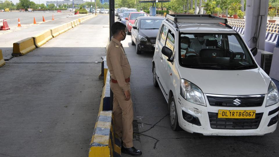 A Noida police sub-inspector allegedly assaulted a deputy health officer with the Delhi government on Friday evening at the Delhi-Noida Direct Flyway border.