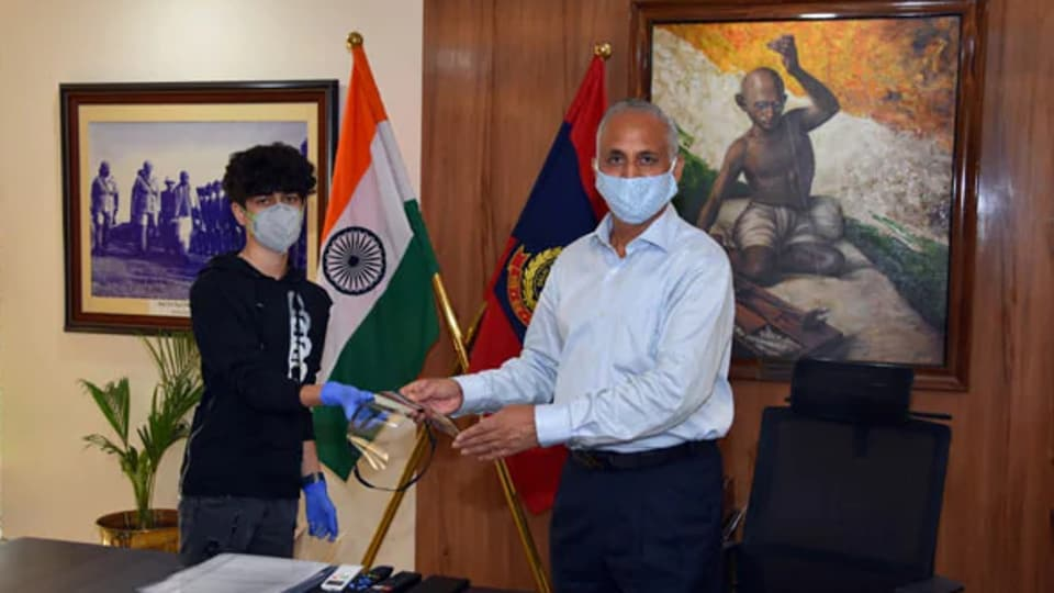 Zareb Vardhan handed over 100 pieces of the face shield to Delhi Police Commissioner S N Shrivastav