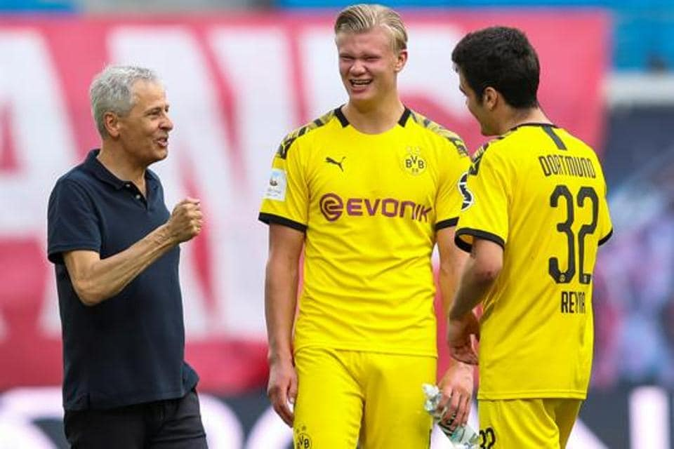 Borussia Dortmund coach Lucien Favre celebrates with his Erling Braut Haaland and Giovanni Reyna.