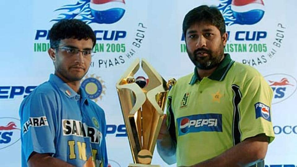 Sourav Ganguly and Inzamam-ul-Haq pose with the trophy before India vs Pakistan series in 2005