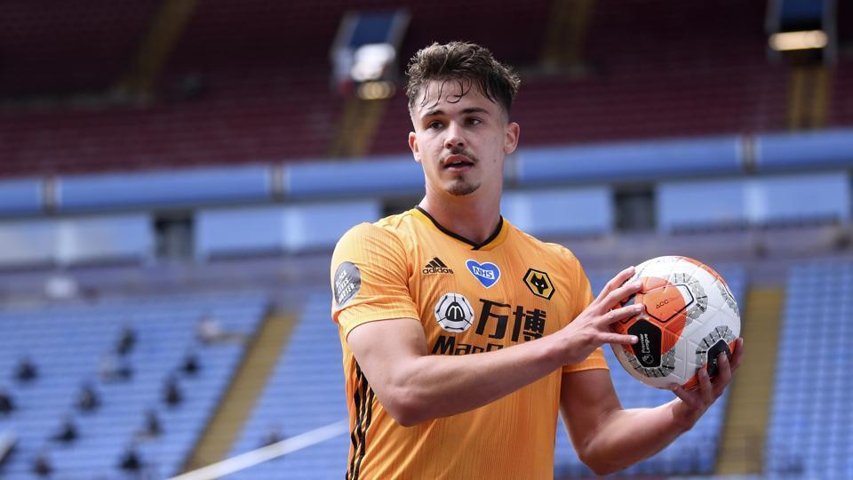 Wolverhampton Wanderers' Leander Dendoncker holds the ball.