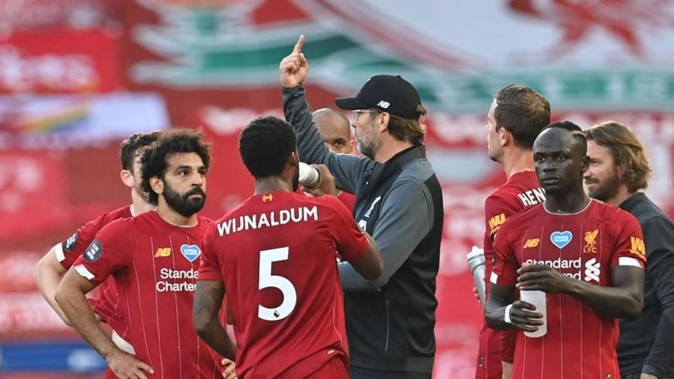 Soccer Football - Premier League - Liverpool v Crystal Palace - Anfield, Liverpool, Britain - June 24, 2020 Liverpool manager Juergen Klopp speaks with Liverpool's Mohamed Salah, Georginio Wijnaldum and Sadio Mane during a drinks break as play resumes behind closed doors following the outbreak of the coronavirus disease (COVID-19) Paul Ellis/Pool via REUTERS