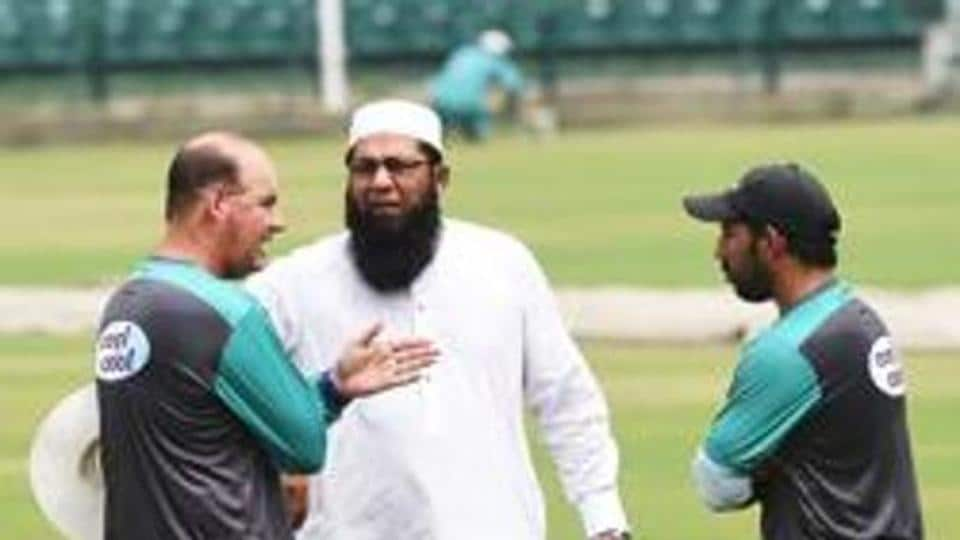 Pakistan cricket chief selector Inzamam-ul-Haq (C) talks with team coach Mickey Arthur (L) and captain Sarfraz Ahmed during the team practise at the Gaddafi stadium in Lahore on September 4, 2018.