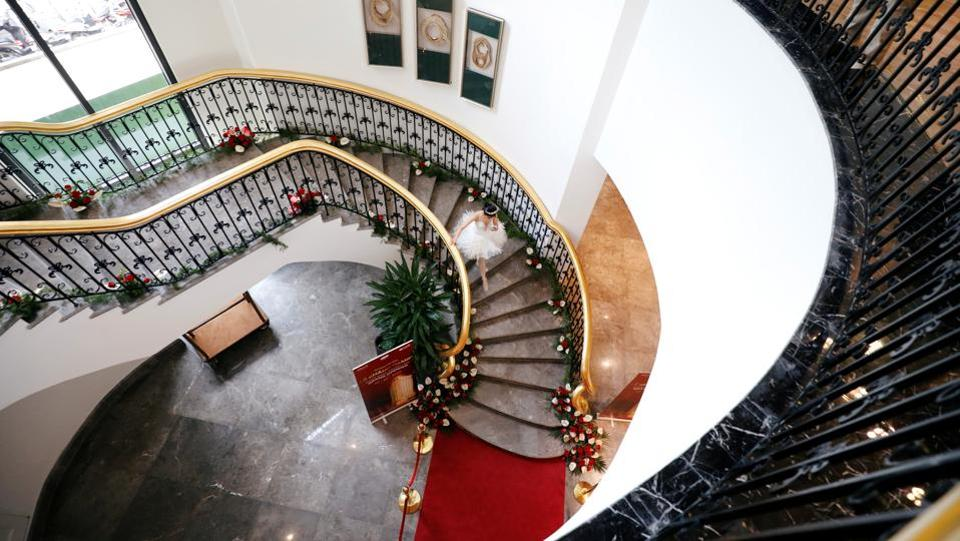 A dancer walks down the stair at the newly inaugurated Dolce Hanoi Golden Lake luxury hotel, after the government eased a nationwide lockdown following the global outbreak of the coronavirus disease (COVID-19), in Hanoi, Vietnam. (REUTERS/Kham)