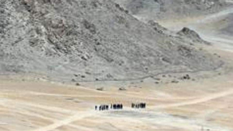 Indian soldiers walk at the foothills of a mountain range near Leh, the joint capital of the union territory of Ladakh, on June 24, 2020. - Indian fighter jets roared over the Indian Himalayan town of Leh on June 24 reinforcing simmering border tensions with China that military sources say has taken over a chunk of territory that India considers its own. (Photo by Tauseef MUSTAFA / AFP)