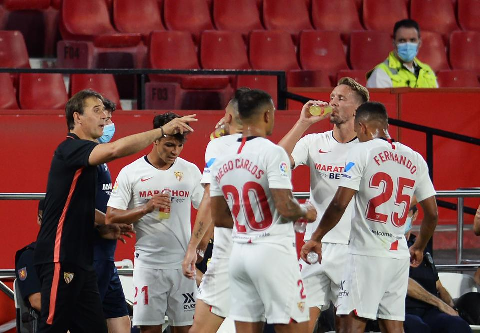 Sevilla's Spanish coach Julen Lopetegui (L) gives instructions to players during the Spanish League football match between Sevilla FC and SD Eibar at the Ramon Sanchez Pizjuan stadium in Seville on July 6, 2020. (Photo by CRISTINA QUICLER / AFP)