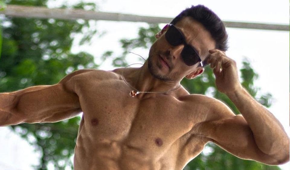 Anupam Kher left a funny comment on Tiger Shroff's shirtless photo.