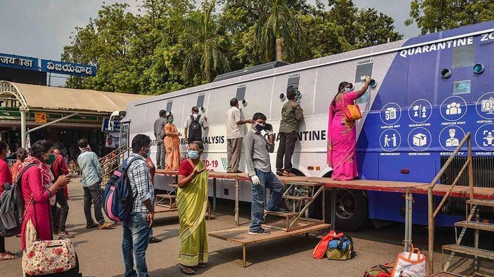 The mobile sample collection vans would be sent to various places like bus stands, railway stations, airports and inter-state borders so that samples from people coming from other states and countries would be collected. (HT Photo)