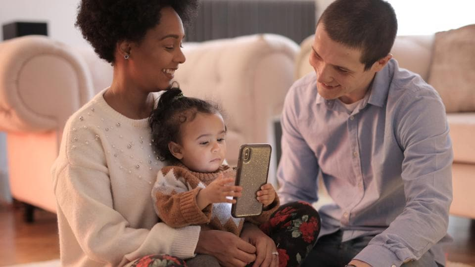Here's how smartphone use affects your parenting skills