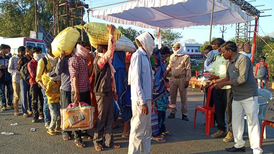 A community kitchen run by Parmarth Samaj Sewi Sansthan distributes food and water to migrant workers on Jhansi border.