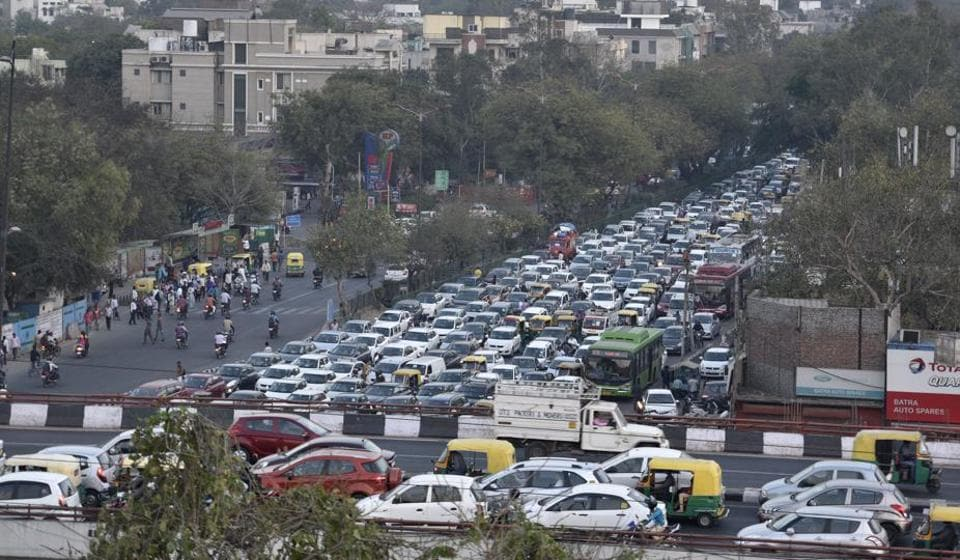 Traffic cops said that the Ashram crossing gets a daily load of nearly 4 lakh-4.5 lakh vehicles.  (Photo by Sanchit Khanna/ Hindustan Times)
