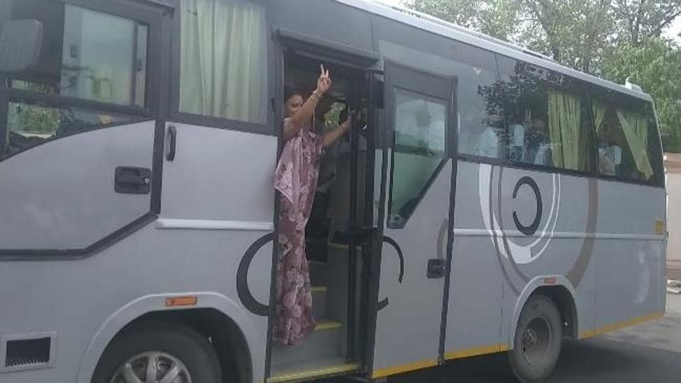 The MLAs were seen boarding buses headed towards a hotel after their meeting at the CM residence. ( HTphoto)