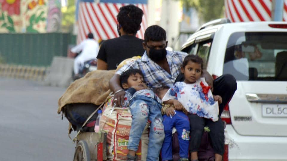 A migrant family with children travelling to their home in another state, seen in Mohan Nagar, Ghaziabad on May 20, 2020.