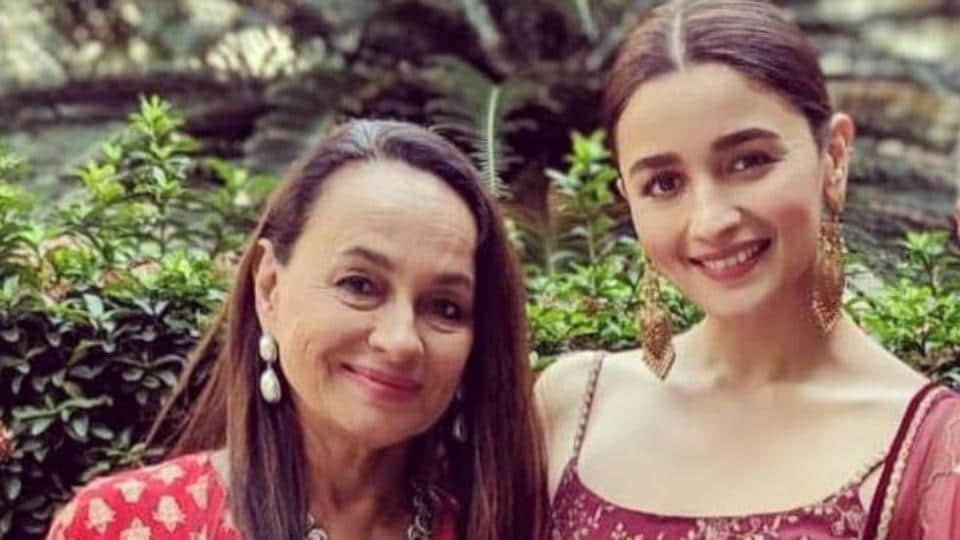Alia Bhatt poses with mom Soni Razdan.