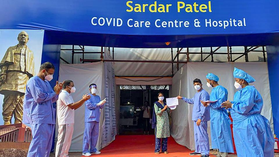 Medics applaud a patient on her discharge from Sardar Patel COVID Care Centre and Hospital after she recovered from COVID-19 in New Delhi on July 25. With the latest health bulletin update, the number of currently infected people in the national capital has come down to 11,904, marking the continuance of a healthy trend. (PTI)