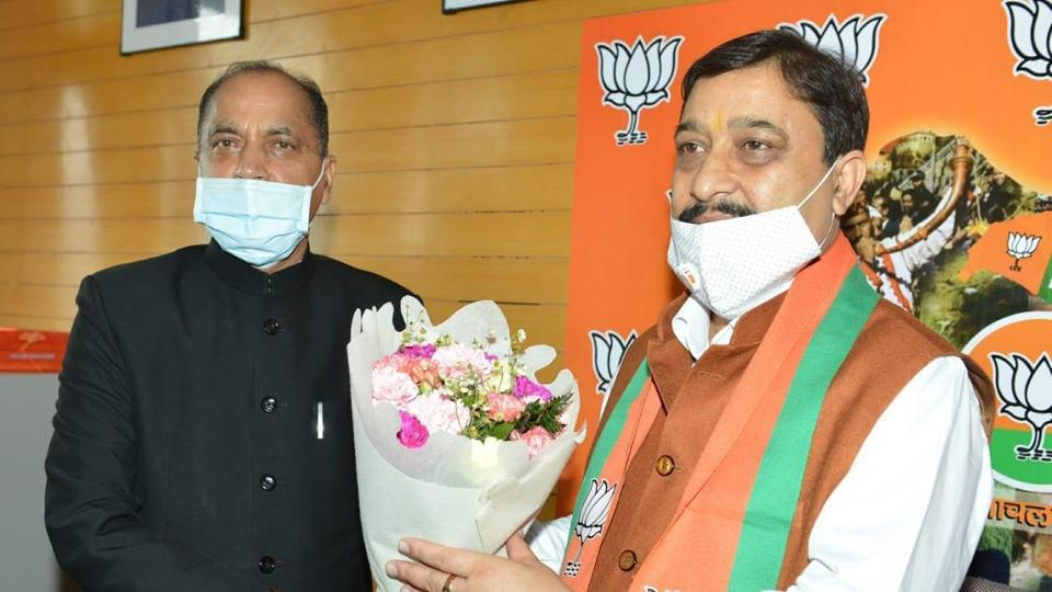 Chief minister Jai Ram Thakur with Himachal BJP president Suresh Kashyap during the oath ceremony in Shimla on Wednesday.