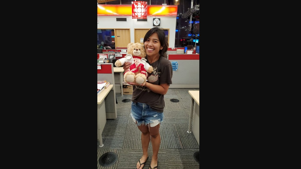 The image shows Mara Soriano with her teddy bear.