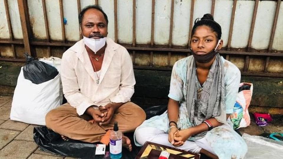Salim Sheikh (left) with his daughter Asma Sheikh, Azad Maidan footpath, Mumbai.