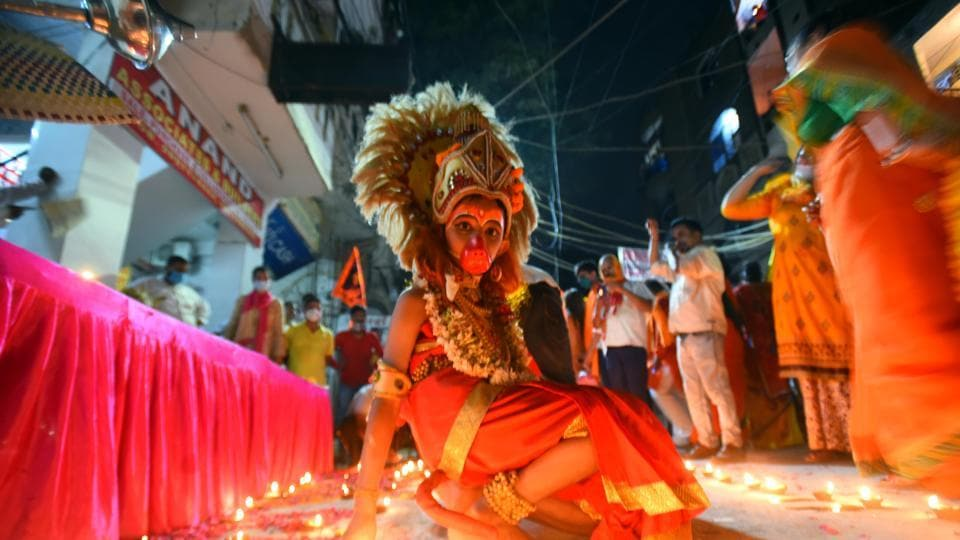 At many places in Old Delhi, traders organised special aartis (rituals) and lighting of lamps.