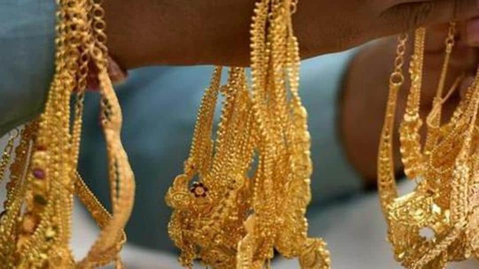 According to a police officer, the five men entered the shop on the pretext of carrying out an investigation into a case of stolen gold ornaments.