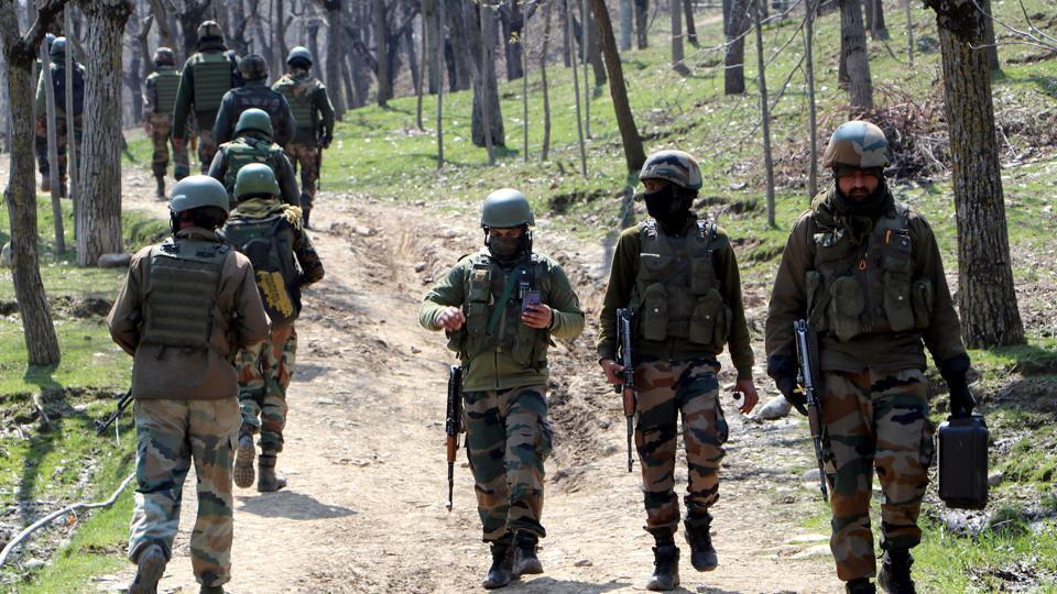 Army jawans rush to an encounter site during an encounter in Kulgam.