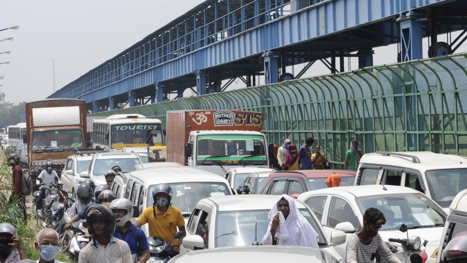 The situation was particularly bad at Kalindi Kunj, where vehicles were being turned back by the police.