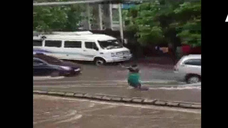 A video went viral in which Kanta Murti who sells flowers was seen guarding an open manhole in Matunga.