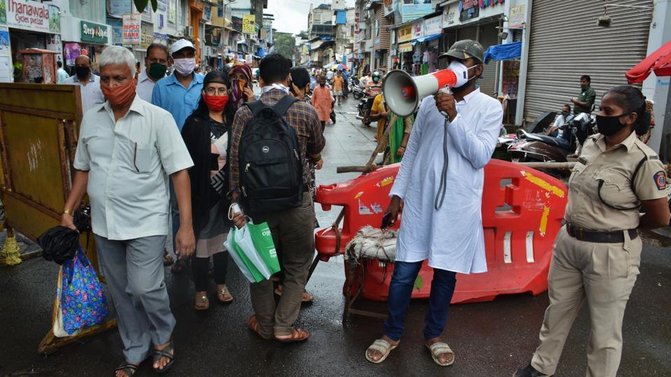 A municipal worker appeals to citizens to not crowd and maintain social distancing at a market in Thane on August 15. The number of deaths from the coronavirus disease (Covid-19) in India exceeded 50,000 on August 15, making it the fourth country — after the United States, Brazil and Mexico — to cross this bleak milestone as infections mount globally. (Praful Gangurde / HT Photo)